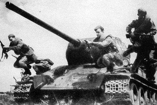 T34-85_tank riders