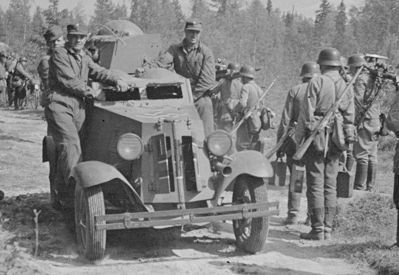 Panssariauto varmistustehtävissä Syöttötiellä.