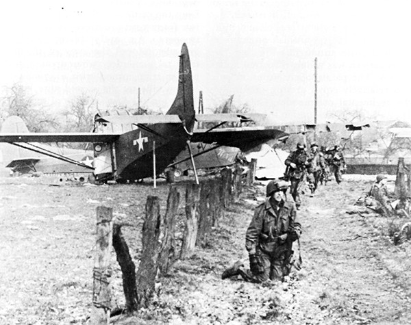 GLIDER_TROOPS_AFTER_LANDING_NEAR_WESEL_Operation_Varsity
