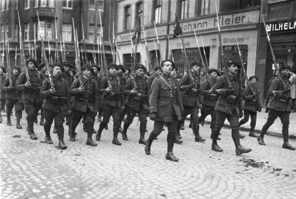 Zur Befreiung des besetzten Gebietes am 30. Juni 1930! Ein interessanter Rückblick aus der schweren Zeit im besetzten Gebiet. Schwer bewaffnete französische Alpenjäger durchziehen die Strassen Buers im März 1923 aus Anlass zweier erschossener französischer Offiziere.