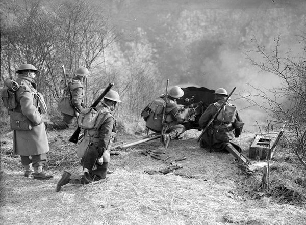men-of-the-1st-royal-irish-fusiliers-manning-a-french-anti-tank-gun-in-france-1940-c2a9-iwm-f-2149