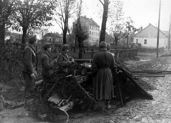 Hungarian troops manning a German PaK40 anti-tank gun during the siege of Budapest.